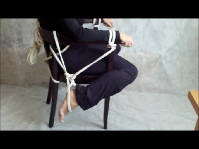 Związanie na krześle w pozycji wygodnej