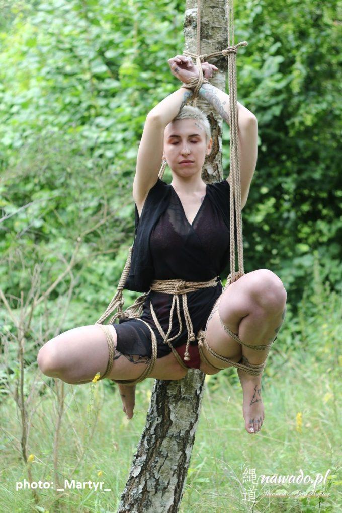 Proste podwieszenie przy drzewie, słupie, itp